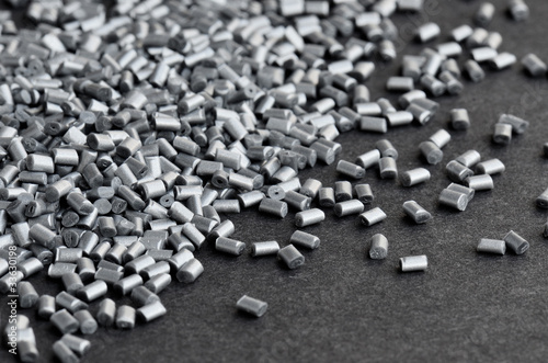 silbermetallisches Kunststoffgranulat