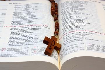 bibbia e croce