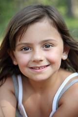 Eté : sourire d'une fillette de 6-7 ans