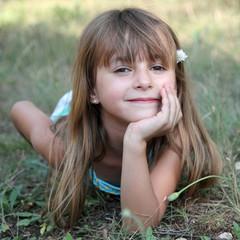 Fillette allongée dans l'herbe (été 6 ans)