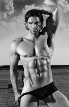 Sexy muskularny mężczyzna fitness model