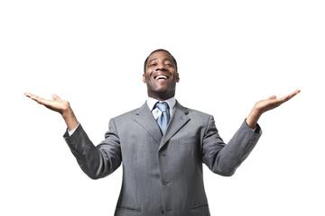 Uomo d'affari africano con le braccia aperte