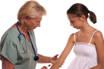 Médecin injecte médicament à une jeune fille