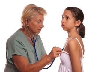 Médecin osculte patiente