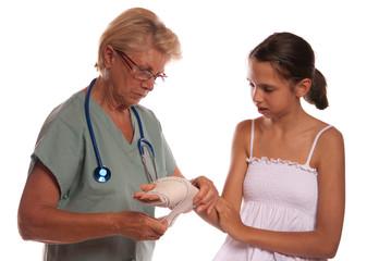 femme médecin soignant une jeune fille