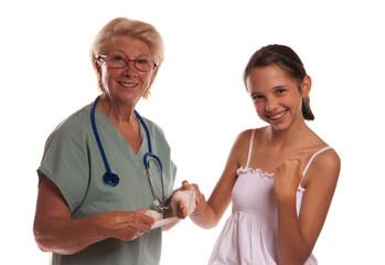 femme et ado souriante à l'hopital