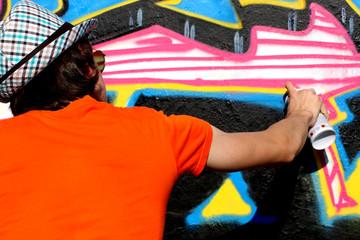 Taggueur au T-shirt orange