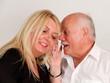 Leinwanddruck Bild - Ein Mann flüstert einer Frau etwas ins Ohr