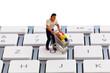 Figur mit Warenkorb auf Computer Tastatur