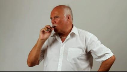 Ein Mann raucht Zigarre