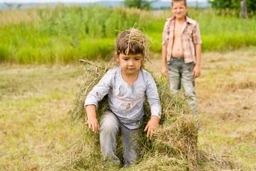 Девочка на сене