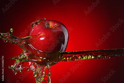 czerwone-jablko-w-strumieniu-soku