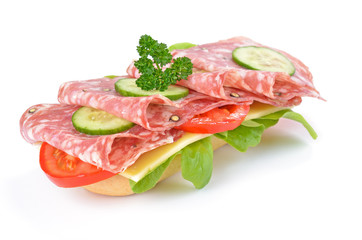 Garniertes Salamibrötchen