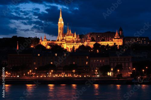 Budapeszt nocą - Baszta Rybacka z kościołem Mathiasa