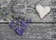Herz und Lavendel auf Holz