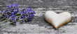 Steinherz mit Lavendel auf Holz