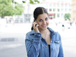 junge Frau telefoniert mit Handy