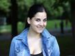 lächelnde junge Frau im Park