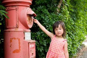郵便を出す女の子