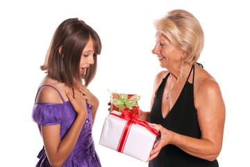 grand-mère qui offre des cadeaux à sa petite fille
