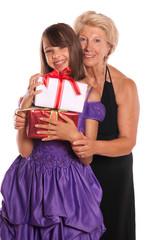 petite fille et sa grand-mère - noël