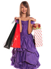 adolescente portant des cadeaux de noël