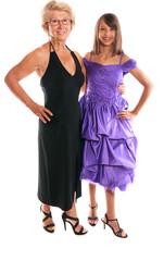 grand-mère et sa petite fille en robes de soirée