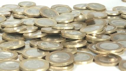 Geldhaufen mit fallenden Euro Stücken