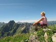 Junge Frau betrachtet Bergpanorama