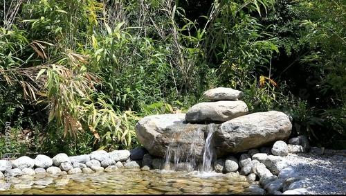 point d 39 eau sur petit bassin aquatique de jardin clip vid o libre de droits sur la banque d. Black Bedroom Furniture Sets. Home Design Ideas