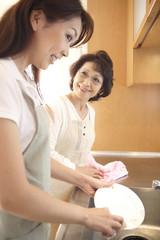 食器を洗う嫁と姑