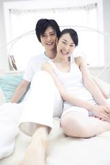 ベッドに座る夫婦