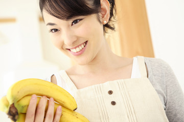 バナナを持つ主婦