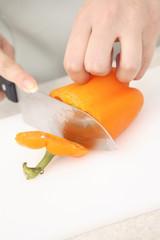 パプリカを切る女性の手