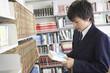 図書室で本を開く高校生