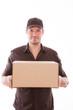postbote mit paket liefert bestellung per nachnahme