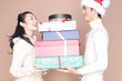 たくさんのプレゼントを受け取る女性