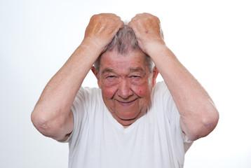 Senior rauft sich die Haare