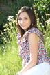 junge Frau liegt auf der Wiese im Garten
