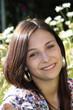 junge Frau liegt auf der Wiese im Garten und lacht