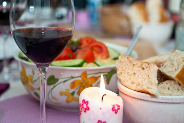 Griechischer Krautsalat mit Fladenbrot und Rotwein