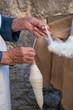 Lavoro artigianale filatura lana dettaglio mani
