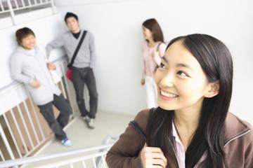 階段を上る女子大学生