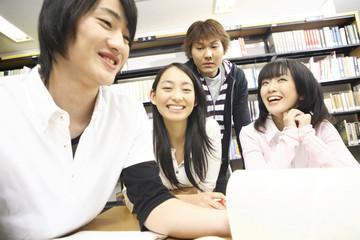 図書室で勉強する学生達