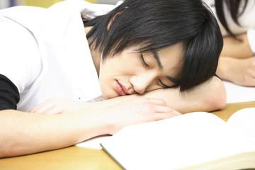 転寝する学生
