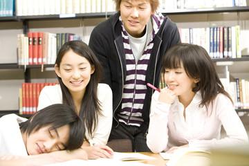 転寝する学生とその友達