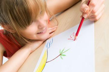 Junge Frau malt ihren Urlaub