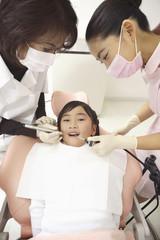歯科治療を受ける子供
