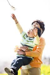 孫を抱きかかえるお祖母さん