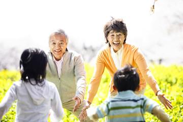 祖父母に向かって走る孫2人